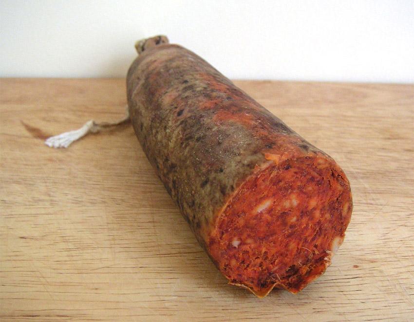 Lista para comer: una apetitosa sobrassada de Mallorca esperando a ser devorada