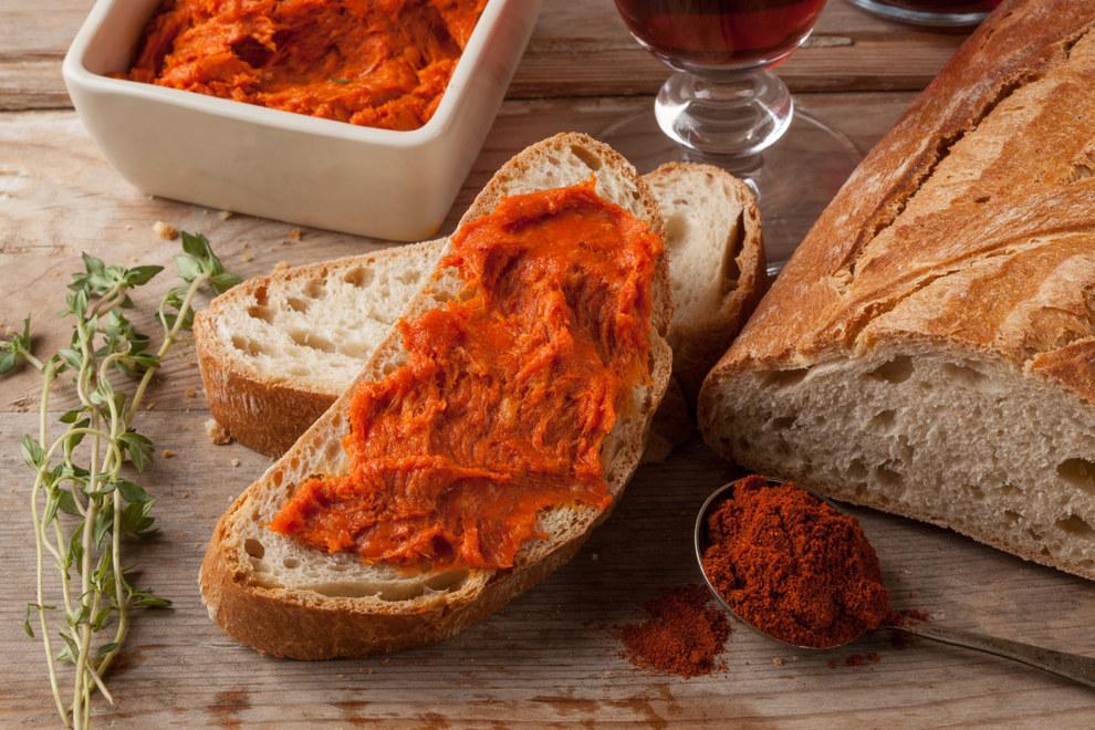 Una rebanada de pan con Sobrasada de Mallorca, lista para comer. Proformabooks/Getty Images